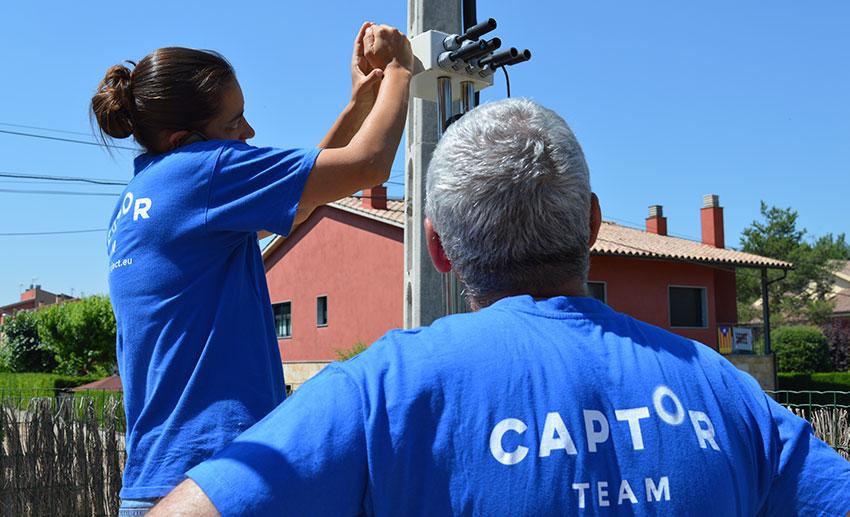 Miembros del proyecto instalando los sensores en las casas de voluntarios.