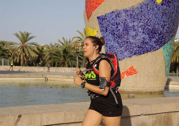 Una voluntaria, corriendo en el Parc de l'Escorxador, en Barcelona.